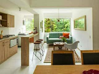 Una sala de estar llena de muebles y una ventana en Apartamento en venta de 55 M2 Ditaires Itagüí