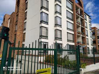 Un gran edificio con un reloj en él en Venta Apartamento Las Margaritas