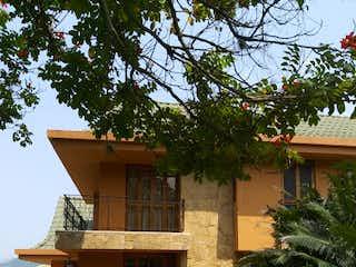 Una casa que tiene un árbol en ella en Casa en venta en Santa Bárbara de 5 hab. con Zonas húmedas...