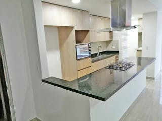 Una cocina con una encimera y un refrigerador en Apartamento en Venta LA CASTELLANA