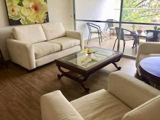 Una sala de estar llena de muebles y una mesa en Apartamento en Venta LOMA DEL CHOCHO