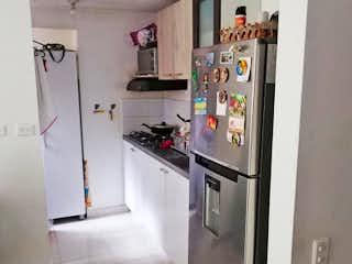 Un refrigerador congelador blanco sentado dentro de una cocina en Apartamento en Venta CALASANZ