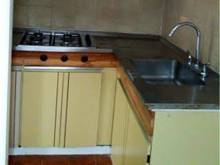 Una cocina con una estufa y un fregadero en Apartamento en venta en Chapinero Alto 43m²
