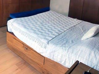 Un dormitorio con una cama y un escritorio en Departamento en venta -  Lomas de Chapultepec - 2 recámaras - 130m²