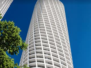 Un gran edificio alto con una gran ventana en Increíble departamento nuevo en venta || Península Torre 300, Santa Fe