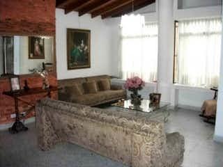 Una sala de estar llena de muebles y una chimenea en Casa en venta en Laureles