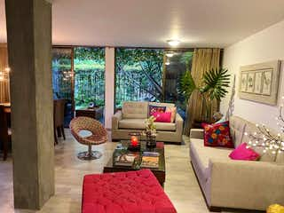Una sala de estar llena de muebles y una gran ventana en Vendo casa esquinera y remodelada con amplio jardín cerca al Tesoro.