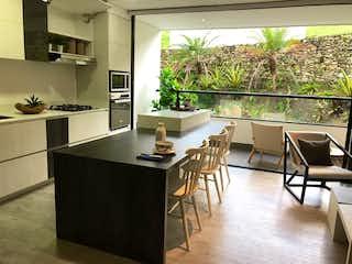 Una cocina con una mesa y sillas en Wall