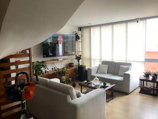 Una sala de estar llena de muebles y una televisión de pantalla plana en VENTA DE APARTAMENTO NICOLAS DE FEDERMAN (TEUSAQUILLO)