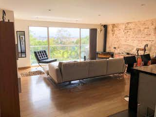 Una sala de estar llena de muebles y una televisión de pantalla plana en Apartamento en venta en Cerros de Suba