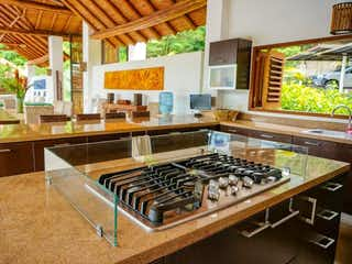 Una cocina llena de un montón de armarios de madera en Casa en venta en Providencia Mayor de 6 hab.