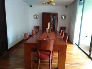 Una sala de estar llena de muebles y una mesa en Apartamento en venta en Zona Industrial de 3 alcobas