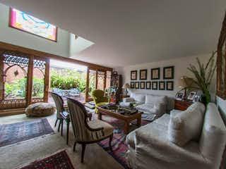 Una sala de estar llena de muebles y una ventana en Apartamento en venta en San Patricio de 1 alcoba