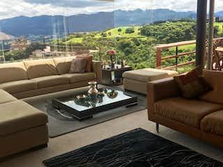 Una sala de estar llena de muebles y una gran ventana en Casa en venta en Aposentos, 388m²