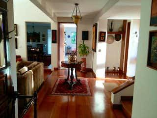Una sala de estar llena de muebles y una chimenea en Casa En Venta En Bogota Hacienda San Sebastián Pl. 2
