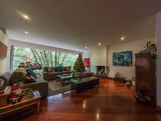 Una sala de estar llena de muebles y una mesa en Apartamento en venta en Rosales de 3 habitaciones