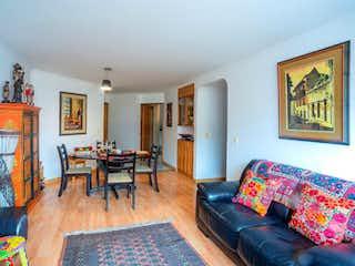 Una sala de estar llena de muebles y una chimenea en Edificio
