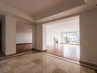 Una vista de una sala de estar y comedor en Apartamento en venta en Santa Ana con Bbq...