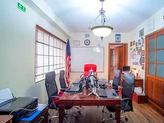 Un grupo de personas sentadas en una sala de estar en Casa en venta en Chapinero Alto de 9 habitaciones