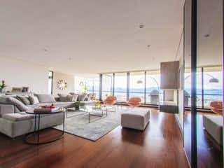 Una sala de estar llena de muebles y suelos de madera en Apartamento en venta en Colinas De Suba 240m² con Piscina...