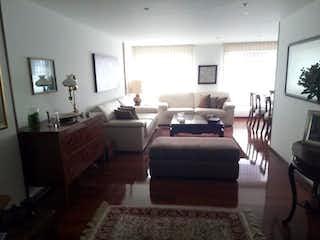 Una sala de estar llena de muebles y una mesa en Apartamento En Venta En Bogota Santa Barbara-Usaquén
