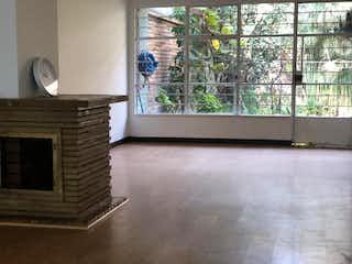 Una sala de estar con una chimenea y una ventana en Casa en venta en Barrio Teusaquillo 401m² con Jardín...