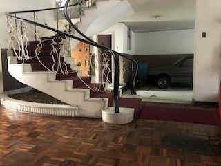 Un cuarto de baño con lavabo y un espejo en Casa en venta en Barrio Teusaquillo con Jardín...