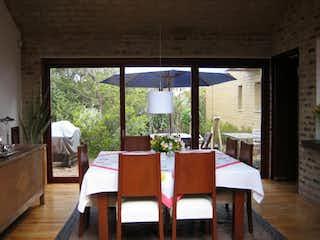 Un comedor con una mesa y sillas en Casa En Venta En Chía Bosques De Torca