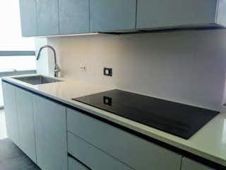 Una cocina con lavabo y microondas en Apartamento en venta en El Retiro con acceso a Gimnasio