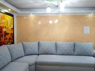 Un sofá blanco sentado en una habitación junto a una ventana en Casa en venta en Santa Mónica de 4 alcoba