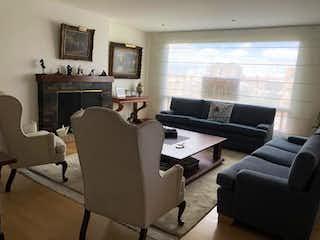 Una sala de estar llena de muebles y una televisión de pantalla plana en Apartamento en venta en Bella Suiza de 3 hab.