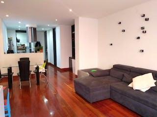 Una sala de estar llena de muebles y una televisión de pantalla plana en Apartamento en venta en Chicó Navarra de 2 habitaciones