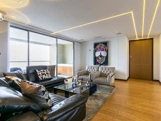 Una sala de estar llena de muebles y una televisión de pantalla plana en Apartamento en venta en Los Balsos de 3 alcobas