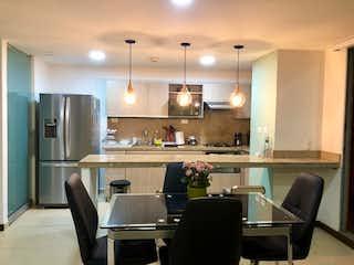 Una cocina con una mesa y una nevera en Apartamento en Venta LOMA DEL CHOCHO