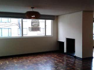Una sala de estar llena de muebles y una ventana en 86442 - Amplio apartamento ubicado en Nicolás de Federmán.