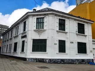 Un gran edificio blanco con una gran ventana en 98203 - Venta casa Centro Internacional Bogotá.