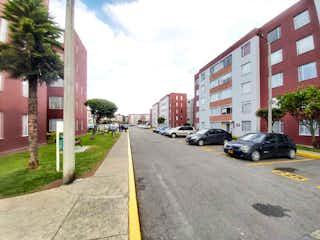 Una calle con coches estacionados a un lado en 100503 - Acogedor Apartamento para Venta en Ciudadela Cafam IV.