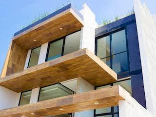 Un banco de madera sentado delante de un edificio en Seguridad, Exclusividad y Belleza en La Mejor Casa con Jardín - Club de Golf