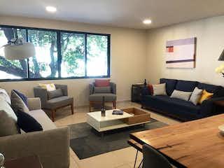Una sala de estar llena de muebles y una gran ventana en NARVARTE, DEPARTAMENTO EN VENTA CON BALCÓN