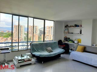 Una sala de estar llena de muebles y una gran ventana en Vegas De Zuñiga