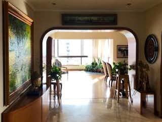 Un grupo de personas sentadas dentro de una habitación en Apartamento en venta en El Tesoro, de 344mtrs2