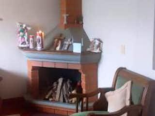 Una sala de estar llena de muebles y una chimenea en Casa en venta en Los Rosales, de 165mtrs2