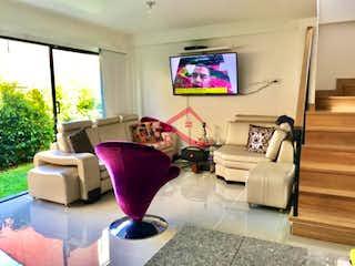 Una sala de estar llena de muebles y una televisión de pantalla plana en PIETRASANTA CAMPESTRE