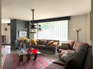 Una sala de estar llena de muebles y una ventana en Edificio La Colina