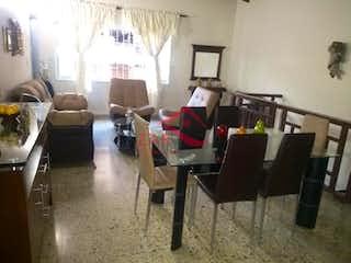 Una sala de estar llena de muebles y una ventana en Casa en venta en Los Colores, de 246mtrs2