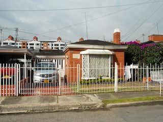 Un par de casas en una esquina de la calle en Casa En Venta En Bogota El Recreo De Los Frailes