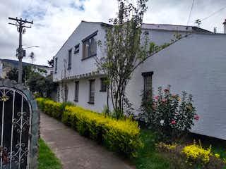 Una casa con un jardín de flores en ella en Casa en venta en Estrella Del Norte, 248m² con Jardín...