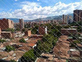 Una vista de una cerca detrás de una cerca de cadena en Apartamento en Venta   Calasanz, Medellín