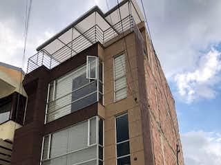 Un edificio con un reloj en la parte delantera en Casa en Venta LA CALERA