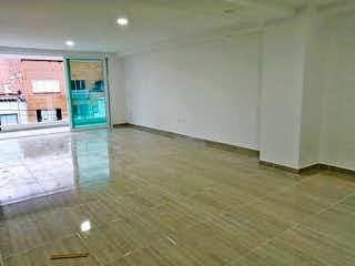 Un cuarto de baño con suelo de baldosa y un aseo en Apartamento en Venta LAURELES